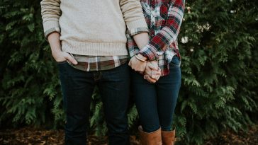 Here's a few tips for ways to save money as a couple. You will want to save this for later!
